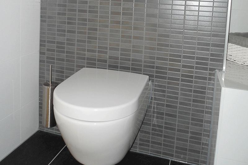 Diks tegelzettersbedrijf badkamer toilet plaatsen betegelen - Wc muur tegel ...